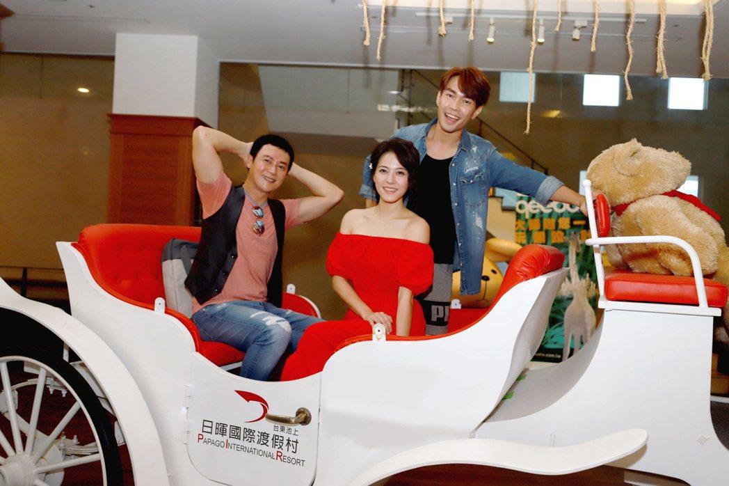 王燦(左起)、蘇晏霈、許仁杰到台東拍戲。圖/民視提供