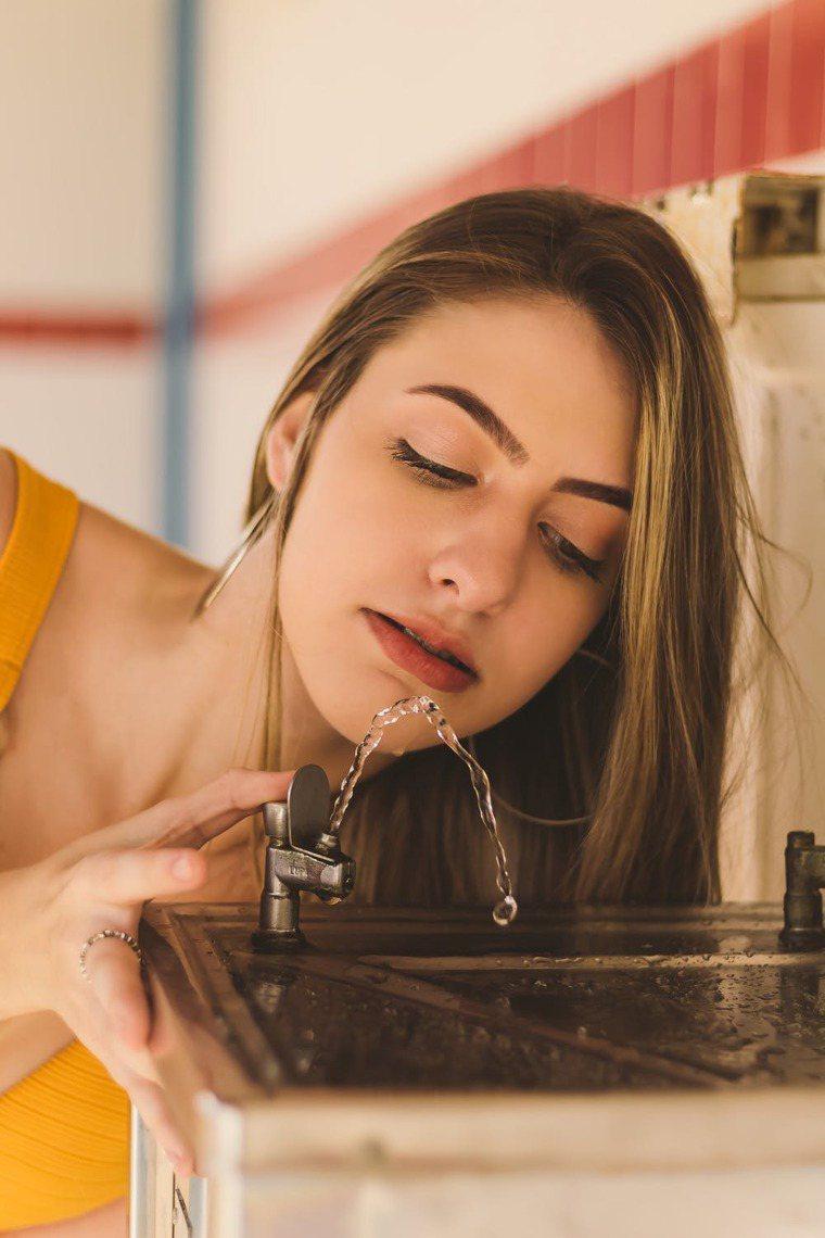 秋冬多喝水,讓身體時常保持滋潤。圖/摘自 pexels
