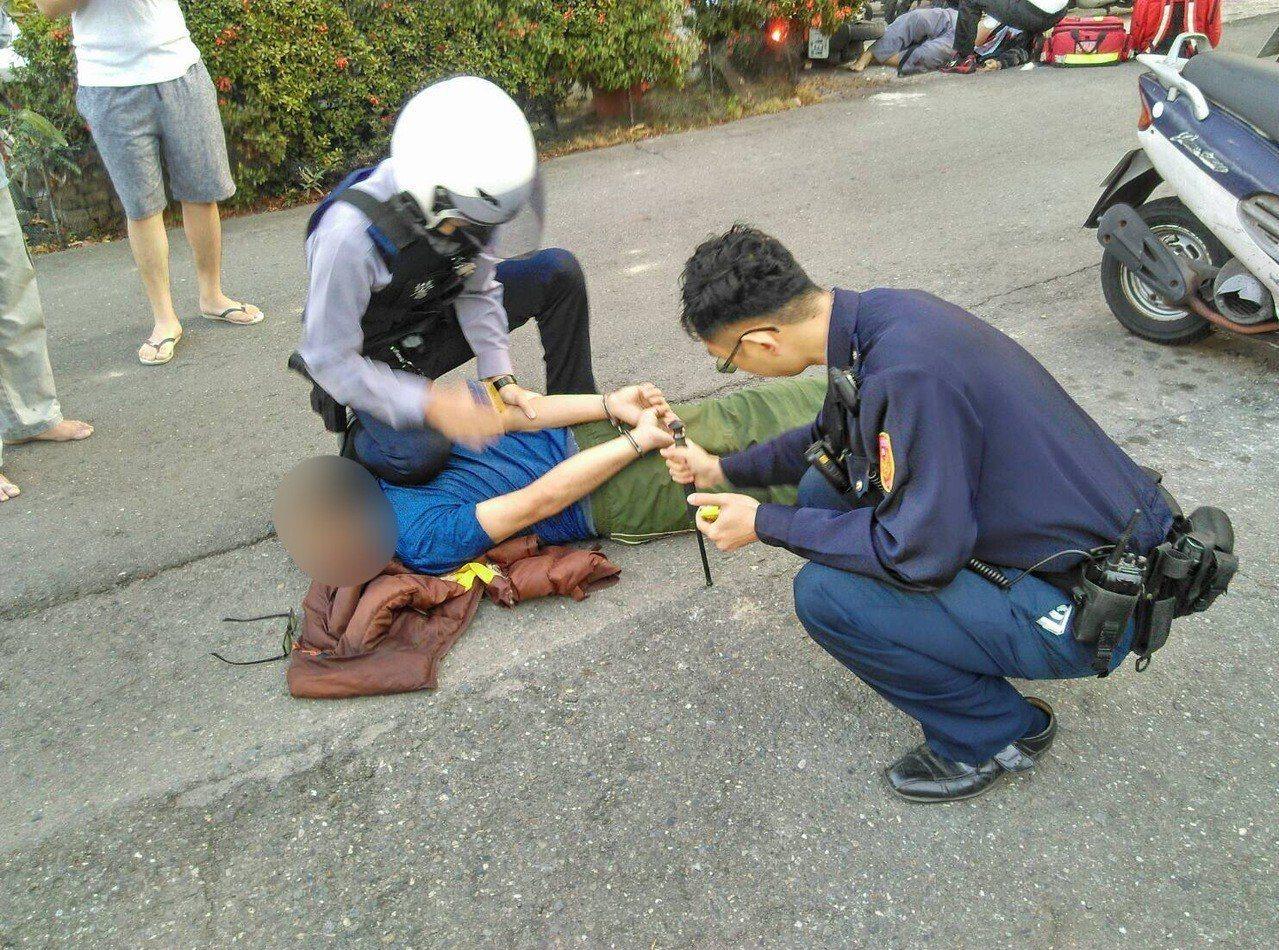 林姓男子(中)行凶後留在現場,當場被警方制伏。記者劉星君/翻攝