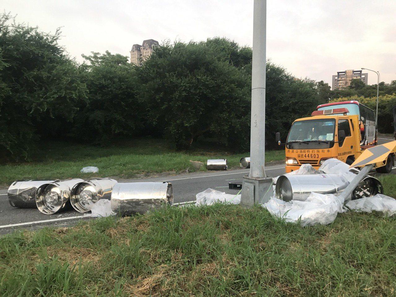 一輛載運化學物質的貨車今天下午5時許行經國道一號中港交流道時,載運的化學桶掉落到...