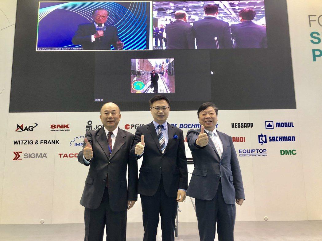 「台灣5G垂直應用聯盟」同步於16日在台北舉行啟動儀式,貿協董事長黃志芳(中)與...