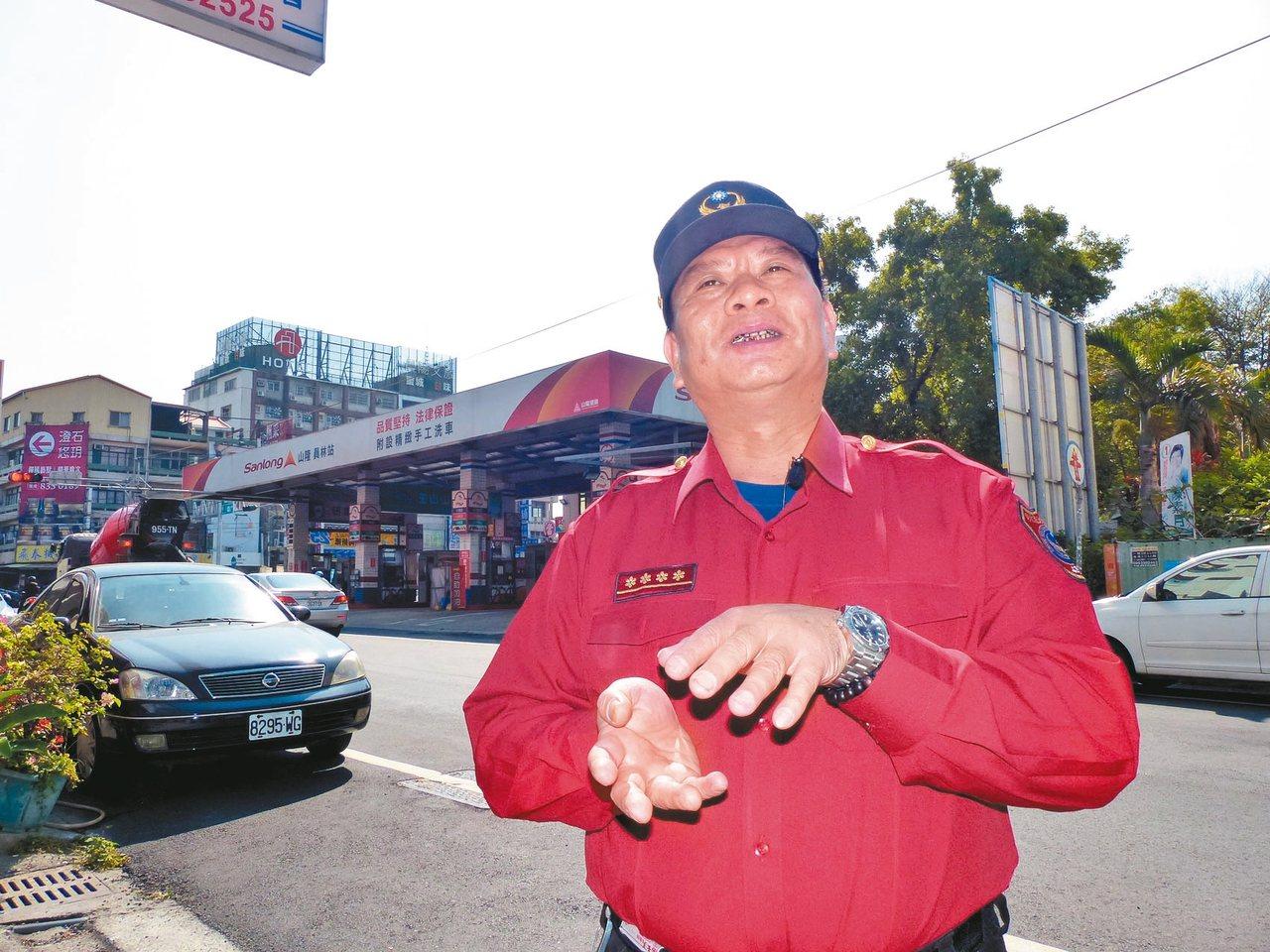 消防小隊長的柯文進,至今仍不願意面對背後當年「龍邦富貴名園大廈」震災現址。記者劉...