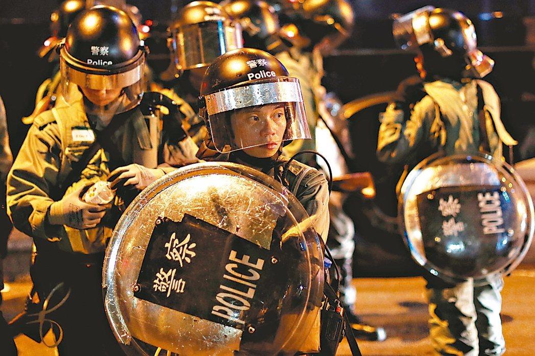 港警協會譴責示威者攻擊警員,圖為防暴警察準備驅散示威者。 香港中通社、路透