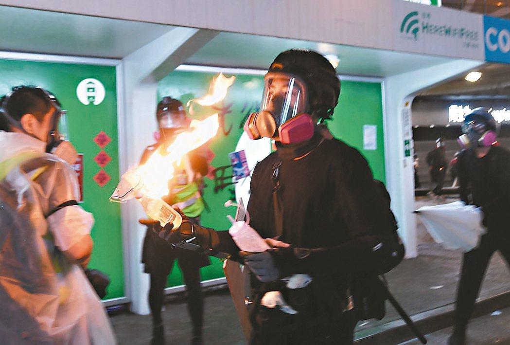 港警協會譴責示威者攻擊警員,圖為示威者手持汽油彈。 香港中通社、路透