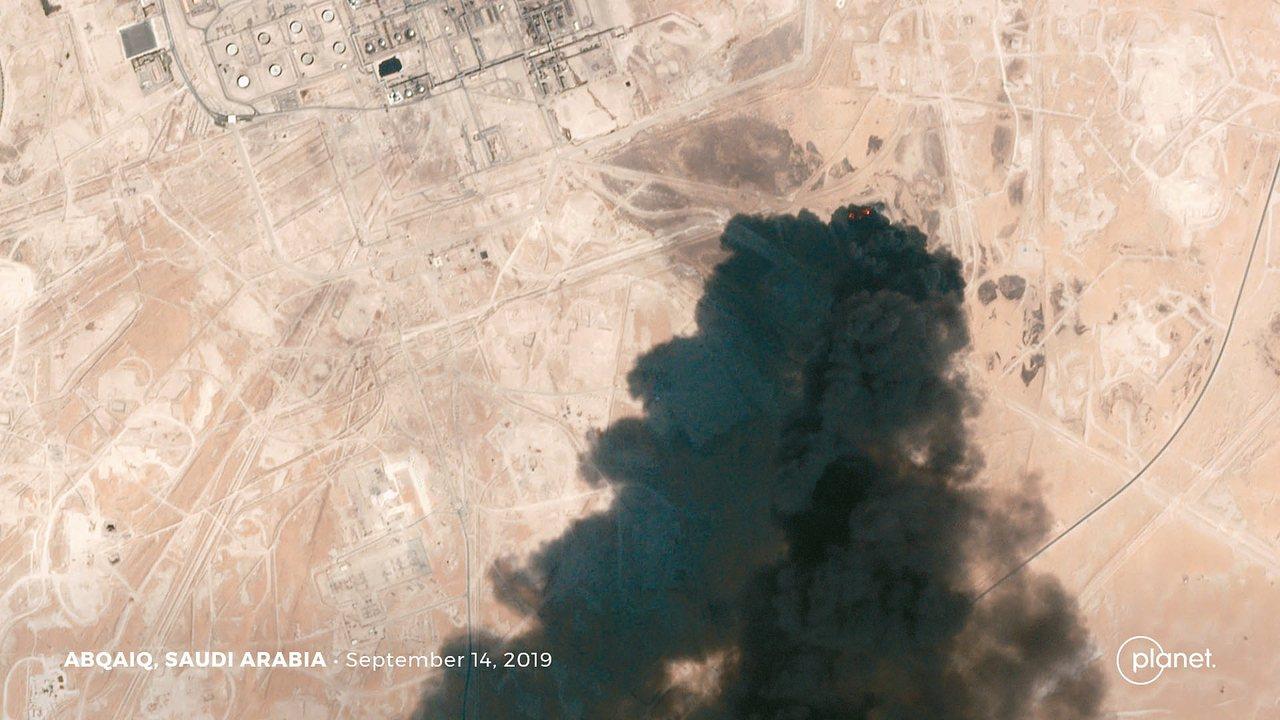 衛星照片顯示,沙國阿布蓋格石油處理設施十四日遇襲後冒出濃煙。 (路透)