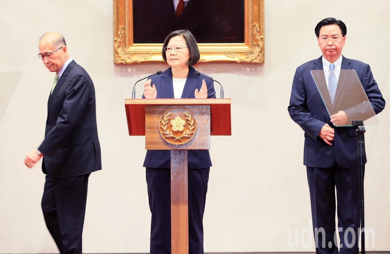 蔡英文總統(中)舉行記者會,說明與索國斷交。記者潘俊宏/攝影