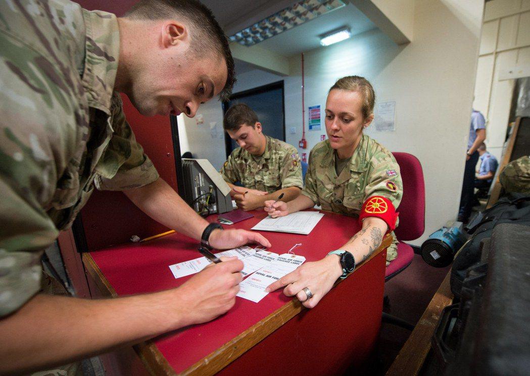 英國陸軍允許士兵刺青,一名女兵手臂上有明顯刺青。 (歐新社)