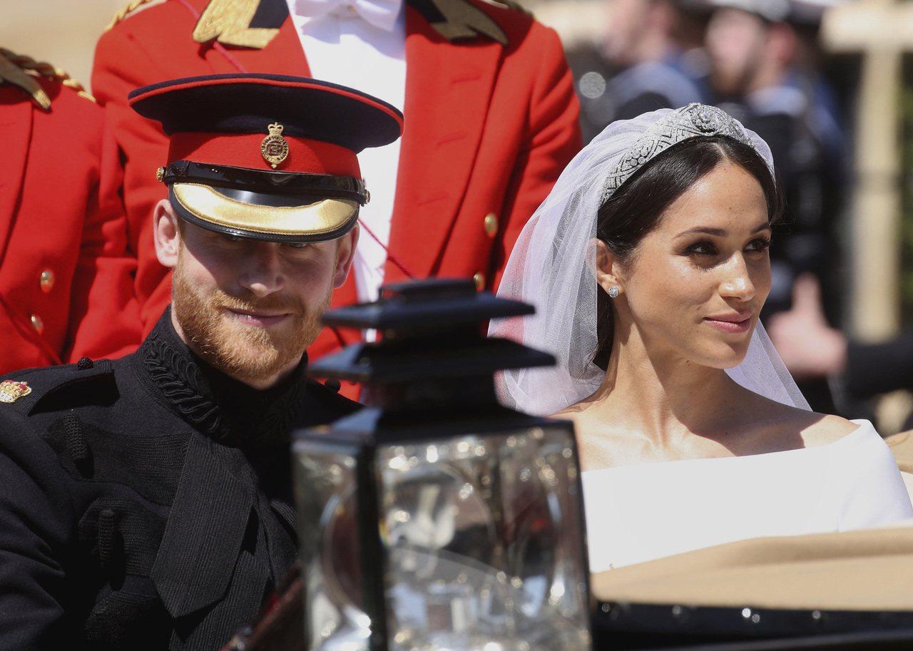 哈利王子(左)去年在婚禮上留著鬍鬚並穿著陸軍制服。 (美聯社)