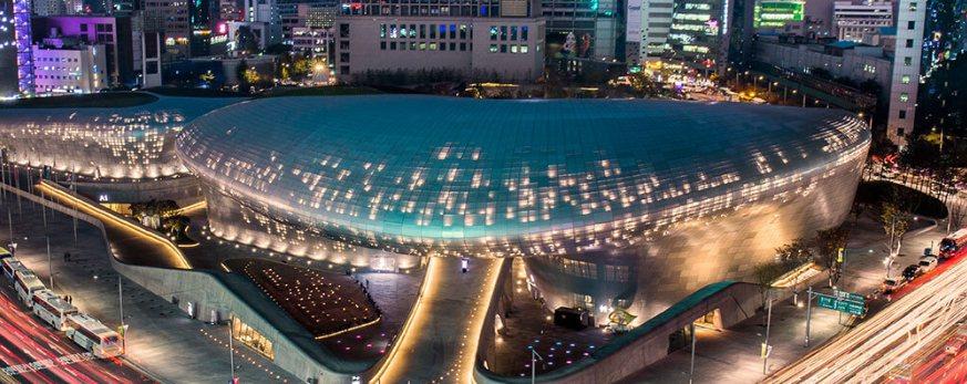 札哈.哈蒂生前留下多項驚艷的作品,包括耗資136億元新台幣的南韓首爾東大門設計廣...
