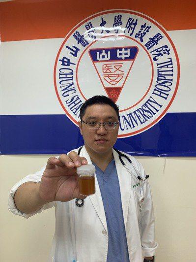 醫師謝宗學提醒,孩童罹流感若下肢嚴重疼痛到無法走路或茶色尿液,請立即帶孩子到小兒急診室看診。圖/ 中山附醫提供