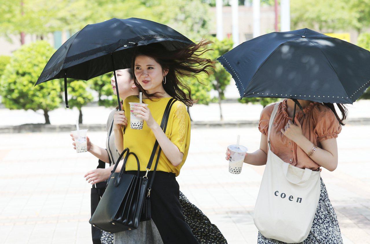 氣象局說,時序正進入秋季,一陣秋雨一陣涼,迎風面的北部及東北部在本周末之後將可以...