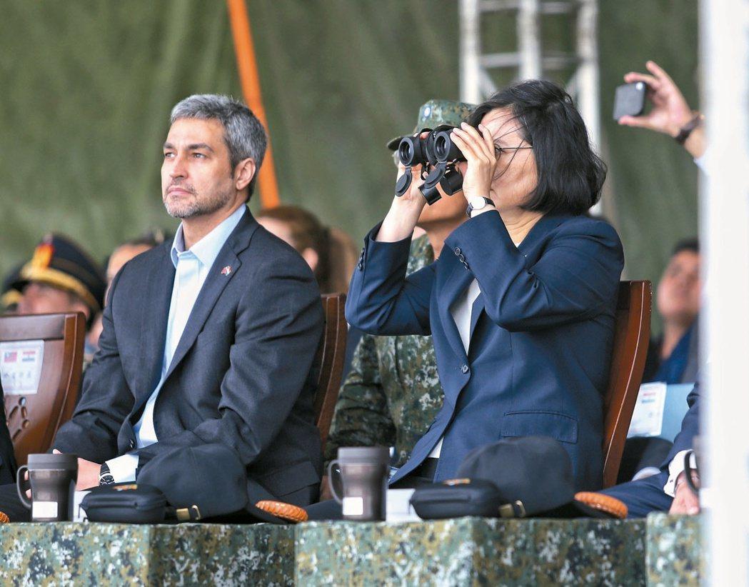 2018年蔡英文總統(右)與巴拉圭共和國總統阿布鐸(左)觀看國軍演習操演。 圖/...