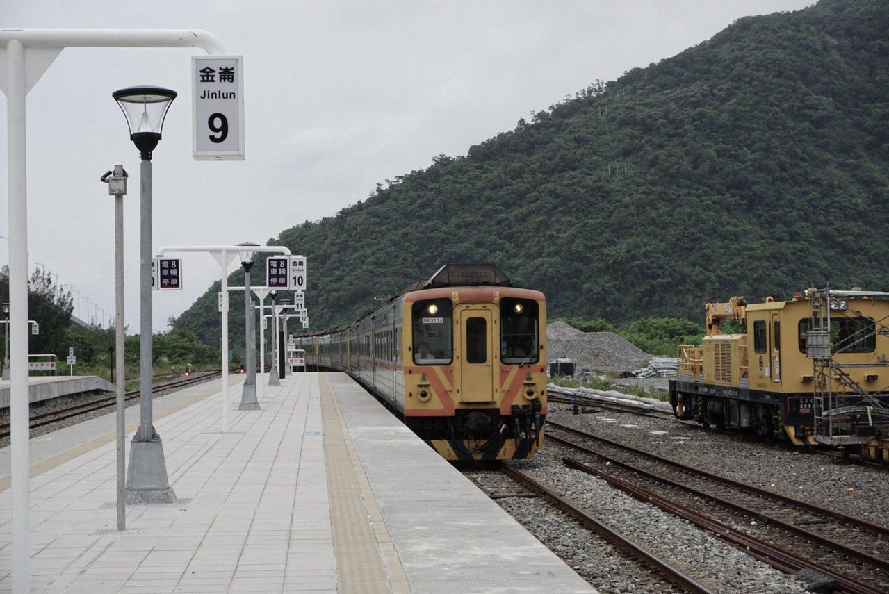 一天一班的藍皮火車,行經台東金崙站。(圖/攝影周佳諭、青鳥制作提供)