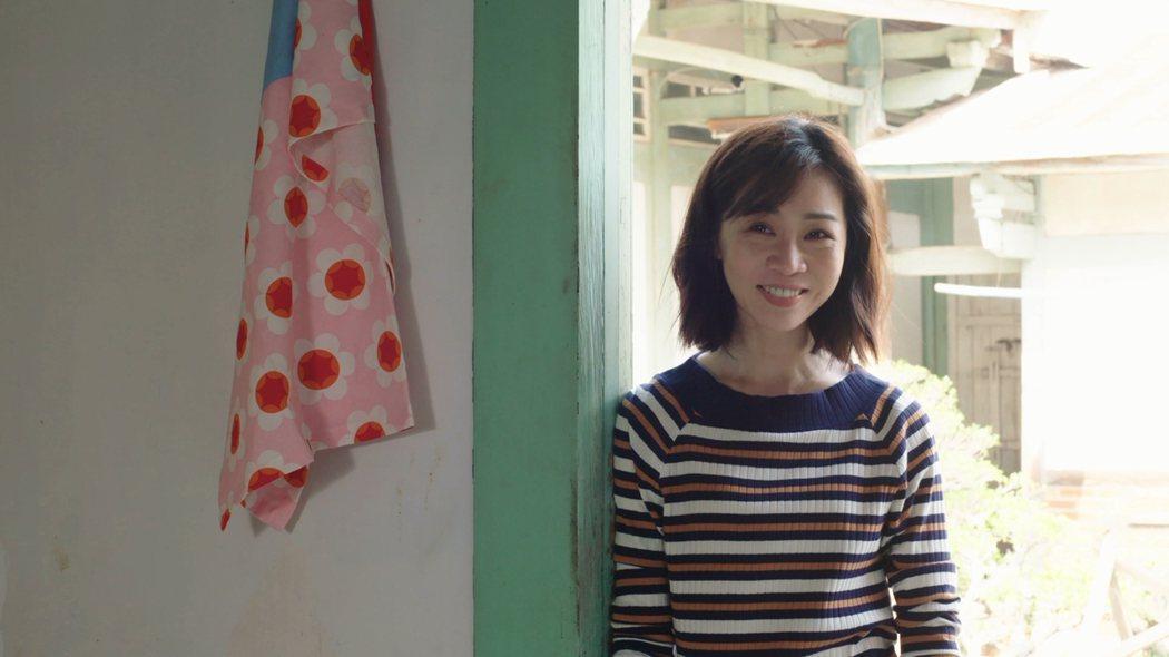 謝盈萱「俗女養成記」戲中,回到老家感受家庭溫馨露出笑容。圖/華視提供