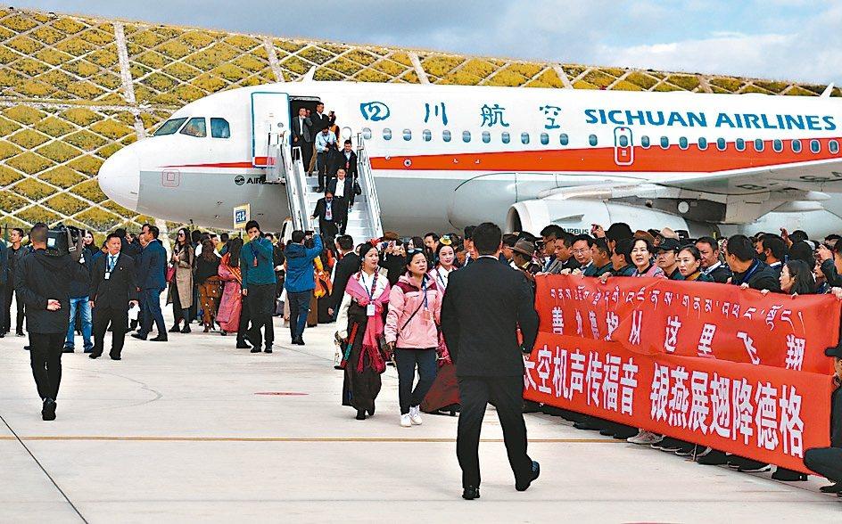 四川甘孜格薩爾機場16日正式通航,位於海拔4,068米的甘孜格薩爾機場是中國第五...