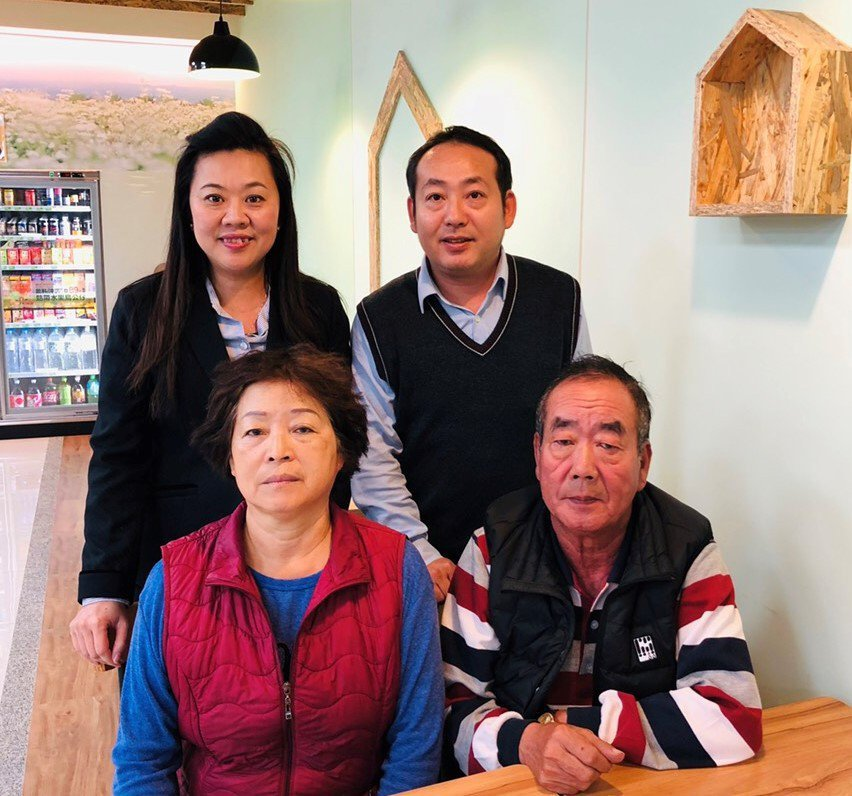 謝志田的父親謝世欽(前排右一)、母親莊淑華、太太陳洧晴。謝志田/提供