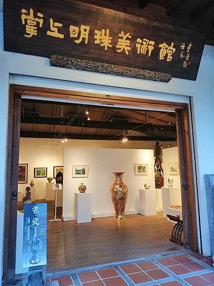 「畫、瓷~江漢清彩瓷繪畫創作展」在宜蘭壯圍掌上明珠美術館展出。 掌上明珠美術館/...