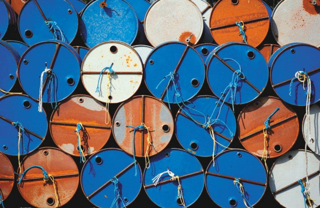 國際油價17日盤中應聲重挫逾5%。 路透