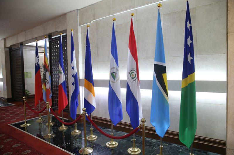 台北外交部內的索羅門國旗(右一)宣布斷交前仍放置外交部大廳。 記者葉信菉/攝影