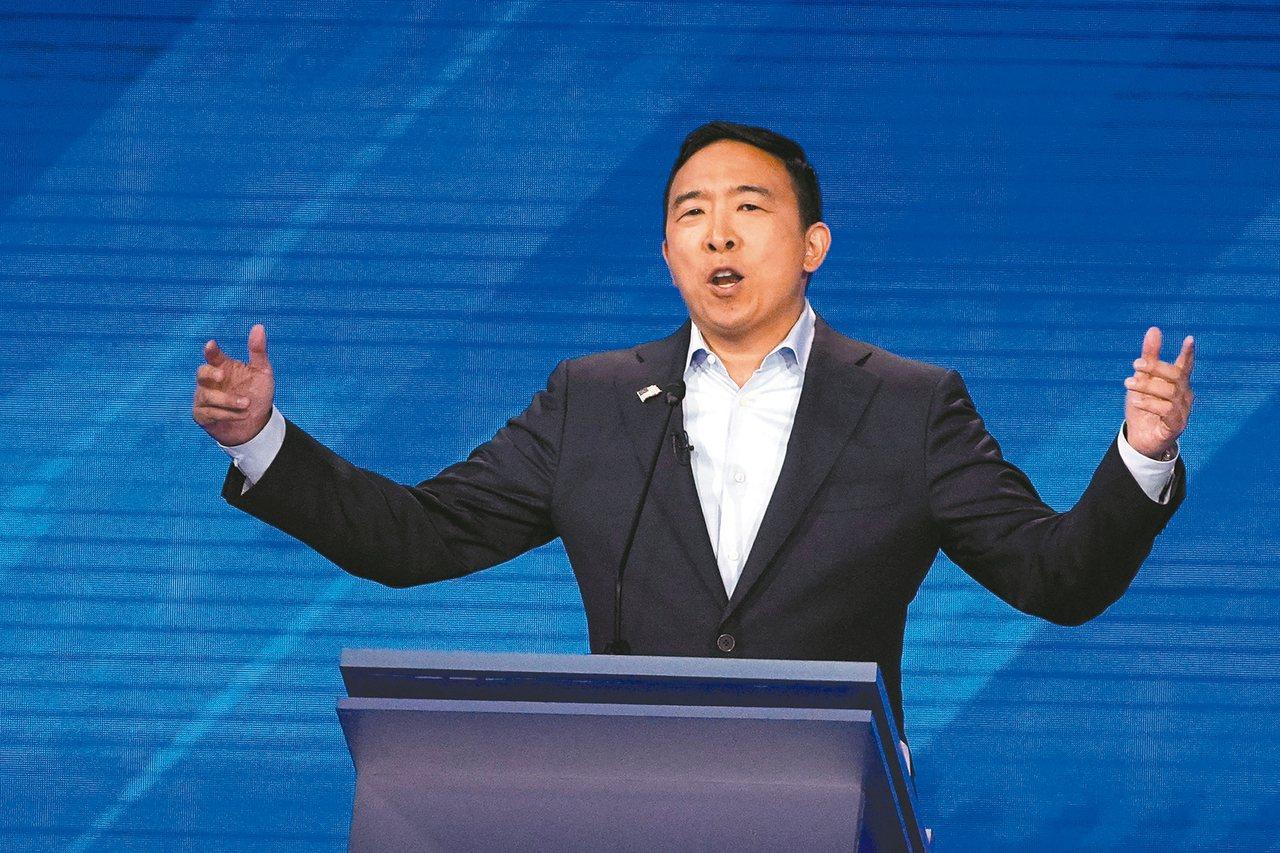 楊安澤在12日的初選辯論中,宣布提供12萬美元向10個家庭發「自由紅利」。 美聯...