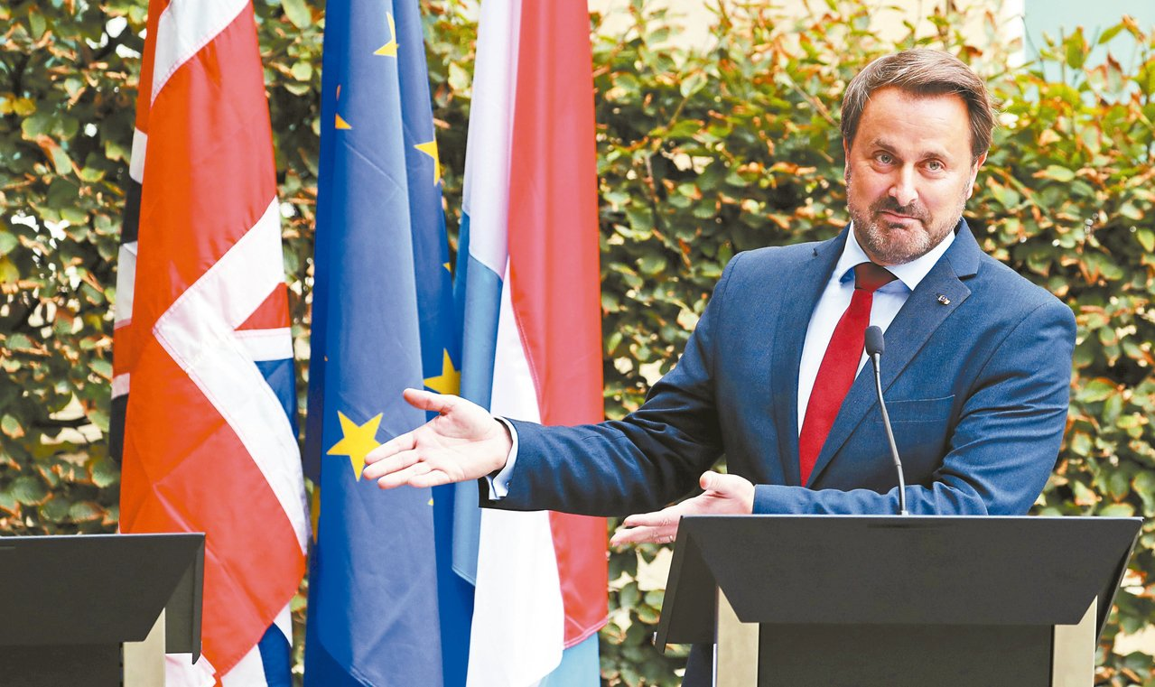 英國首相強生16日取消與盧森堡總理貝特的記者會,貝特指著缺席的強生講台,狠狠嘲諷...