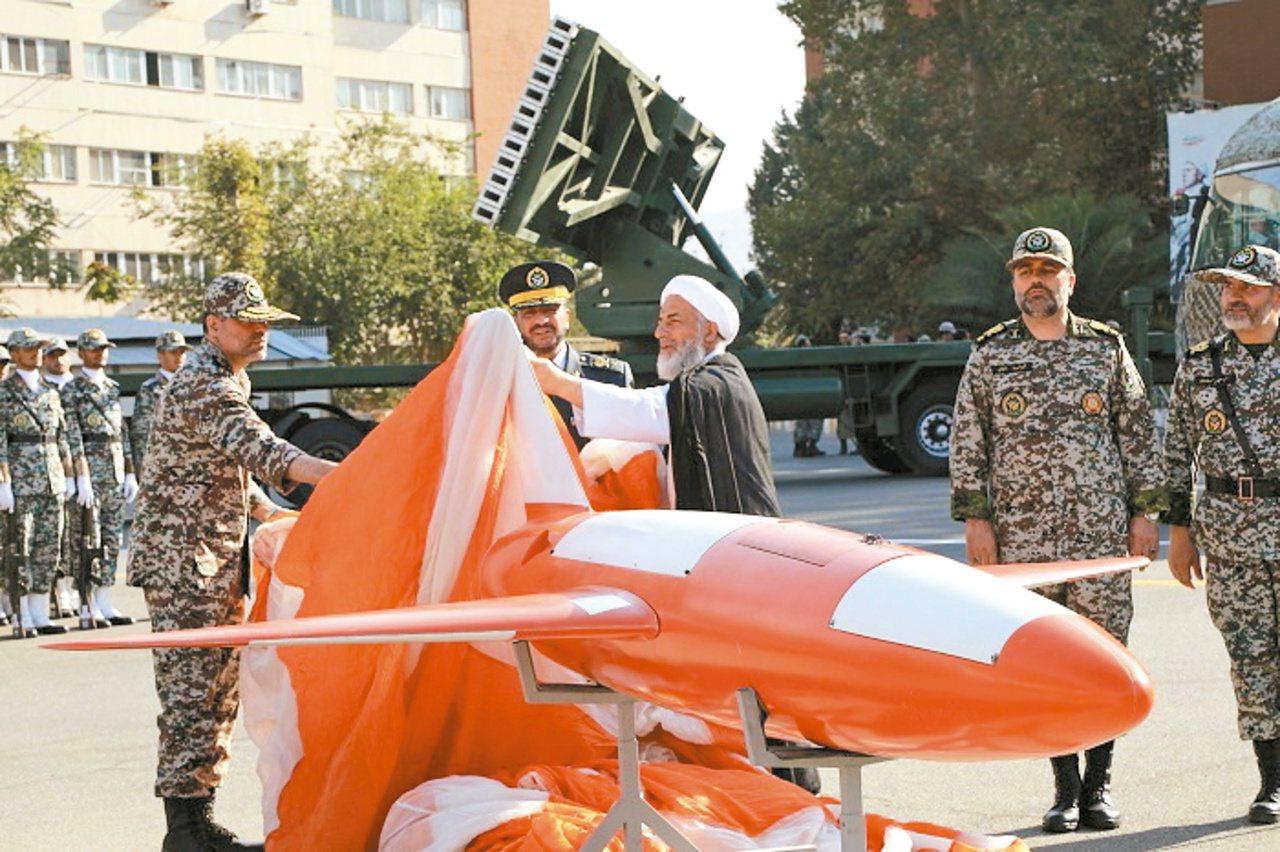 伊朗製武器有精準打擊的能力,圖為伊朗9月1日展示新無人機Kian。 歐新社