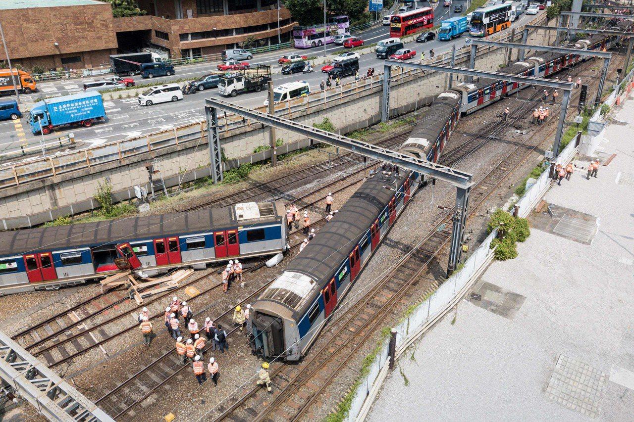 香港鐵路交通今早發生嚴重事故,一列火車在開進紅磡車站時突然脫軌,有關人員在涉事鐵...