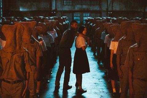 話題國片「返校」今天舉行首映會,導演徐漢強受訪時透露,當初在白色恐怖景美紀念園區拍攝獄中訣別戲時,一場烏龍靈異事件,卻成就了片中一段動人的靈感。改編同名暢銷遊戲的國片「返校」,今天傍晚在台北西門町舉...