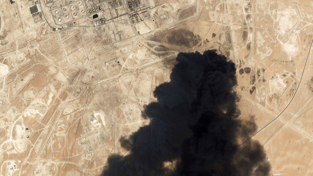 沙烏地阿拉伯石油設施遭攻擊。 美聯社