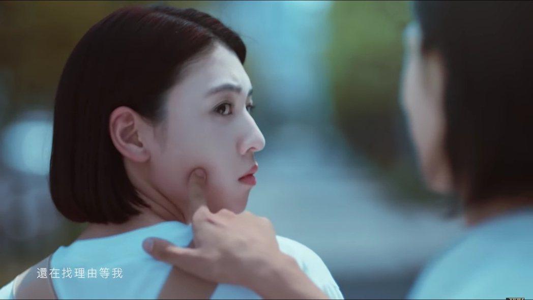 周杰倫新歌〈說好不哭〉MV中,出現手指戳對方臉頰的甜蜜畫面。 圖/擷自Youtu...