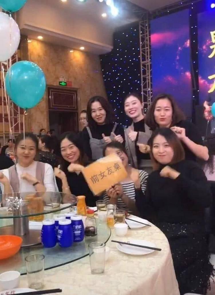 7人手持「前女友桌」字卡合照。 圖擷自微博