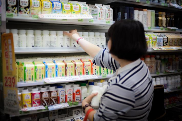 在便利商店層架上,可同時見到大型企業及社會企業提供的鮮乳品牌。來源:鮮乳坊
