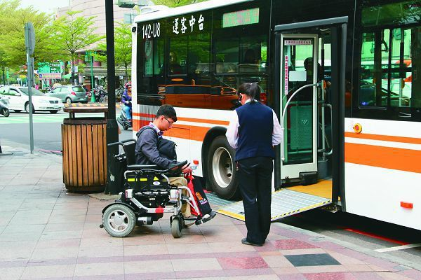 台中市推動健康就診公車,把經過主要醫院的公車路線都改成以無障礙巴士行駛,預計2年內要提高到9 成以上。