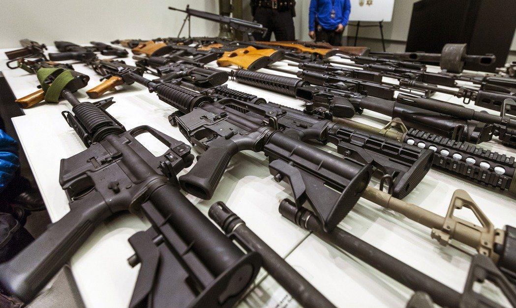 在美國許多州,買槍非常方便,而且持有槍械的數目並無上限規定。美聯社