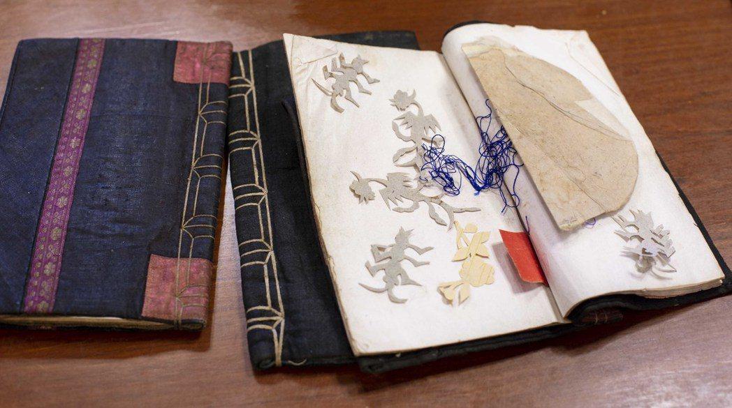 三朝書裡經常夾著婦女刺繡的花樣圖形,書衣皆為手工縫製,是傳統農村精裝本。 圖/林...