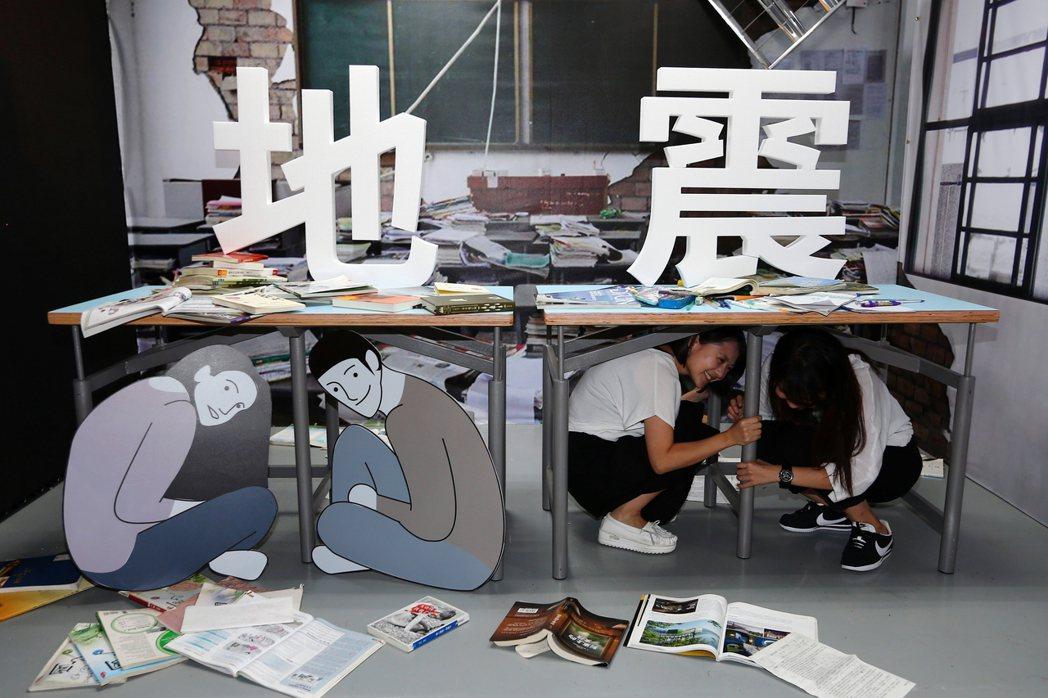 圖為以色列設計的「防災地震桌」,桌子重量僅有27公斤,卻可以承載1噸重的壓力。 ...