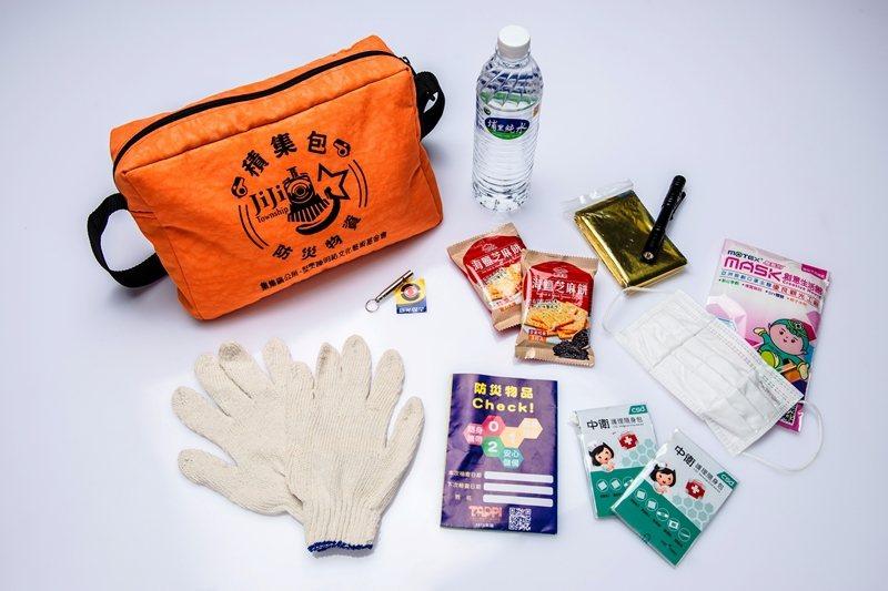 圖為921震災20周年,集集鎮公所推出的地震緊急避難包。 圖/集集鎮公所提供