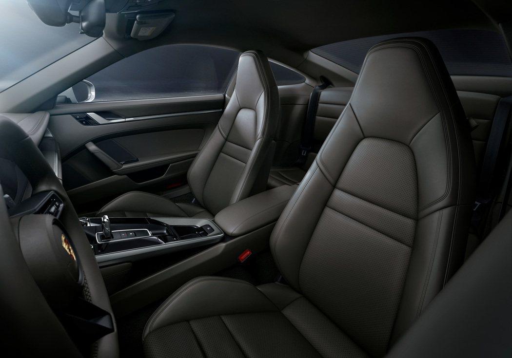 全新 911 Carrera 4內裝配備10.9吋觸控屏幕,與聯網功能更強大的全...