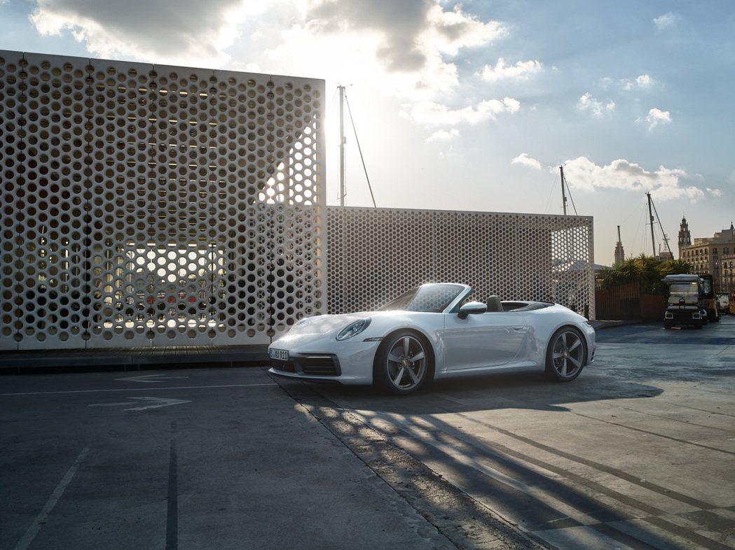 全新 911 Carrera 4和911 Carrera 4 Cabriolet...