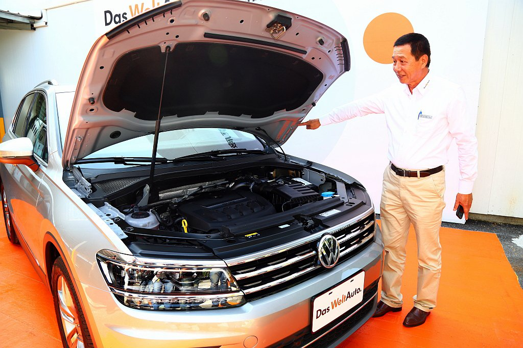 現場人員經過Das WeltAuto.德國原廠認證,為車主們鑑定愛車和保固服務,...