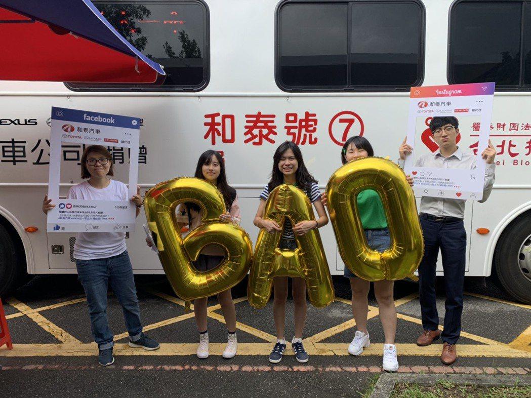 和泰汽車成為首家與台灣血液基金會、大學攜手合作的企業,將和泰號捐血車駛入全台大專...