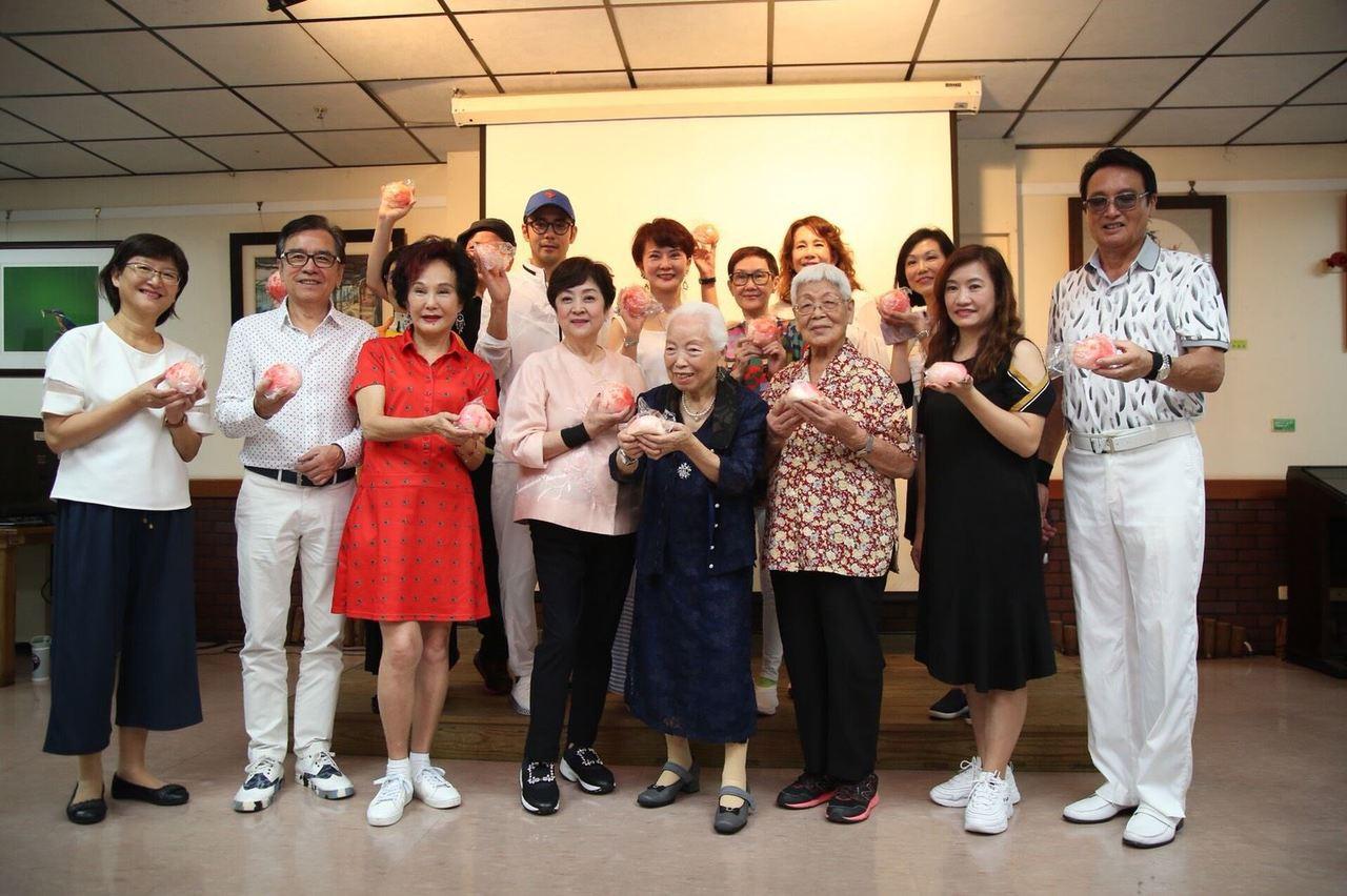 高雄公益大使甄珍(左四)到長青中心和長輩同歡。圖/高雄市政府新聞局提供