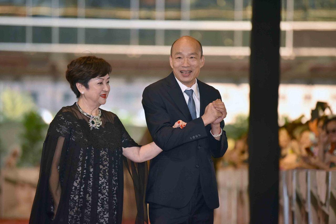 甄珍(左)做公益,她說高雄市長韓國瑜在哪裡,她的公益就做到哪。圖/高雄市政府新聞...