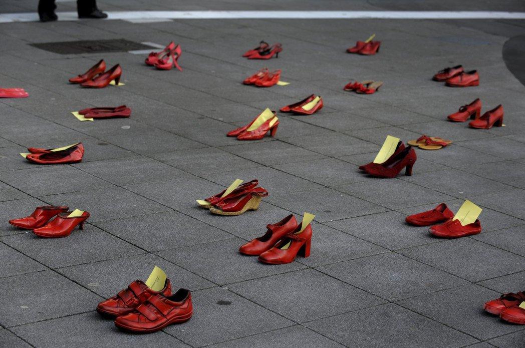 示威者擺上紅鞋,象徵抗議對女性實施的暴力。攝於2016年3月8日國際女性節,西班...