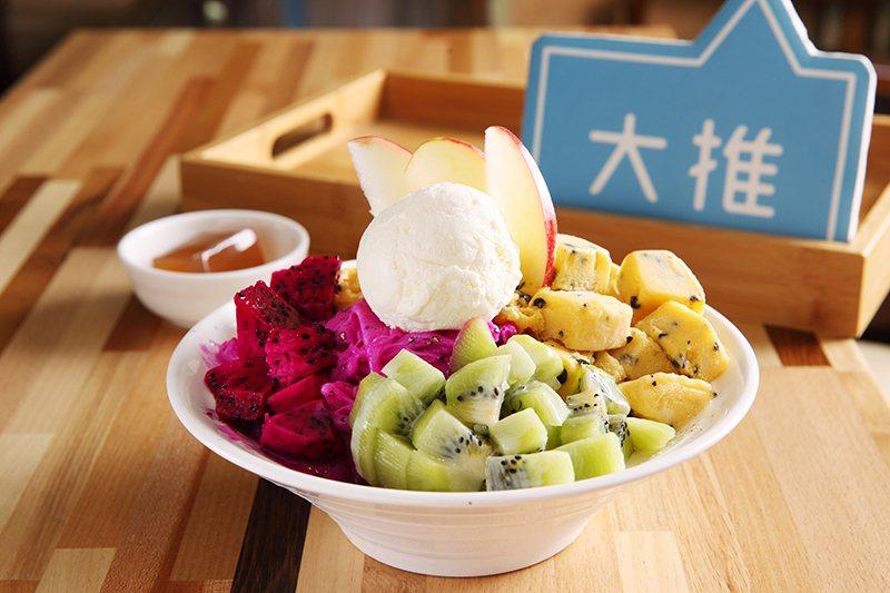 多彩鮮果雪冰150元/所搭配的配料皆 為手工炒糖現作而成,每份冰品皆附冬瓜 洋菜...
