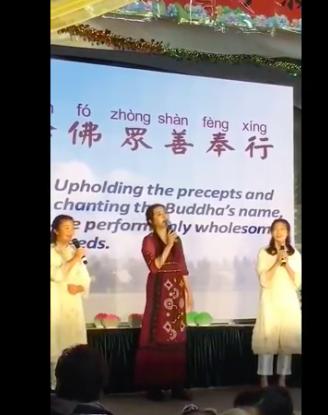 王祖賢隨著音樂擺動唱著「阿彌陀佛」。圖/摘自影片