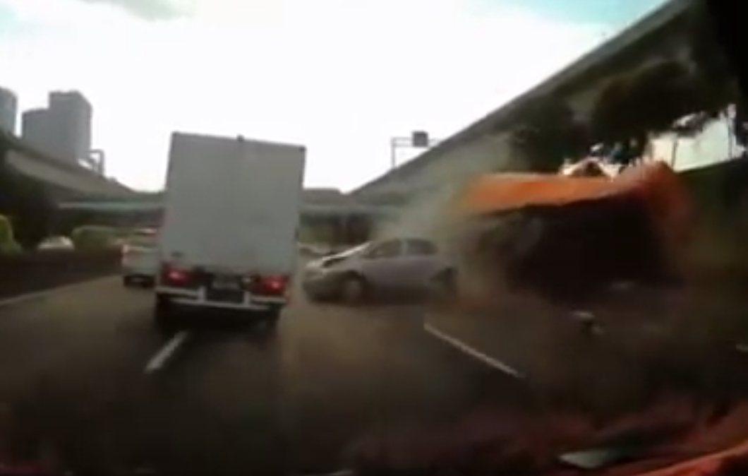 大貨車疑似沒有煞車減速便直接追撞前方車陣。圖/翻攝YouTube洪韡恩
