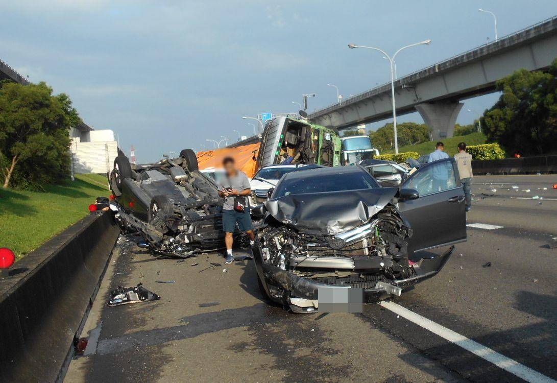 大貨車翻覆繼續往前推撞,一共撞了8輛車。記者林昭彰/翻攝