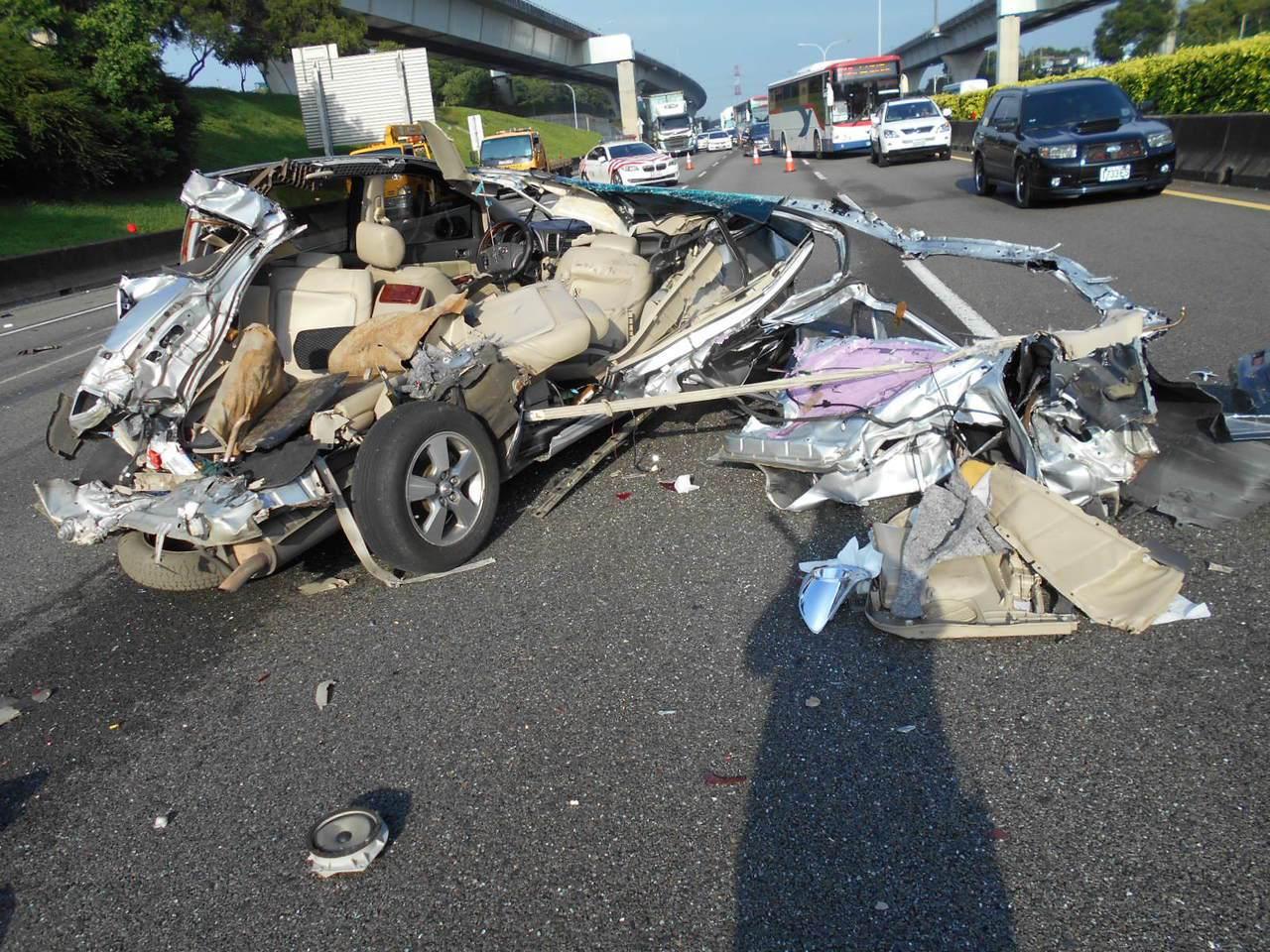 首當其衝挨撞的第1輛小轎車,車頂被整個掀開撞個稀爛。記者林昭彰/翻攝