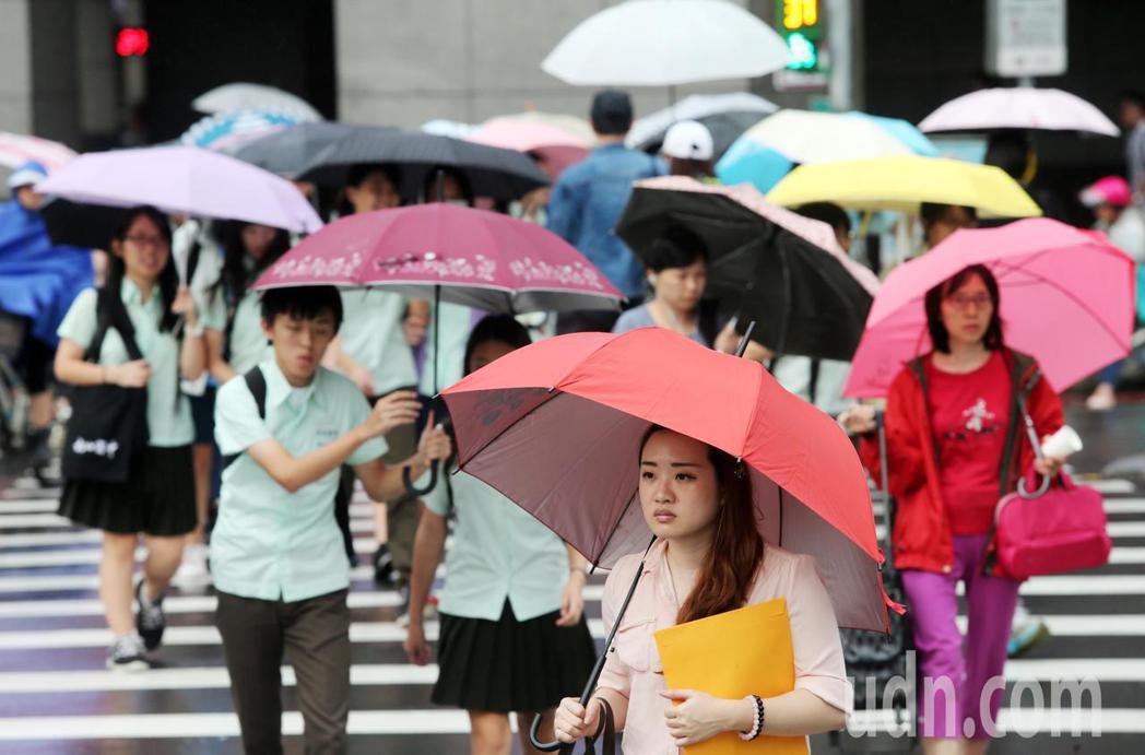 中央氣象局說,今天水氣較昨天少,降雨的區域也稍減少,但迎風面北部及東北部地區還是...
